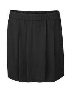 Sort nederdel som går til lidt over knæene og ikke sidder helt stramt