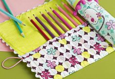It can be hard keeping track of all your paintbrushes, crochet hooks and knitting needles. This is where this handy roll-up craft tidy comes in, perfect for beginners and really easy to make! Roll Up Pencil Case, Diy Pencil Case, Pencil Pouch, Pencil Cases, Pencil Case Pattern, Diy And Crafts Sewing, Sewing Projects, Tape Crafts, Diy Projects