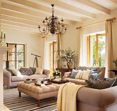 """Salón con zona de tertulia en """"U"""" con dos sofás gemelos y una pieza clásica"""
