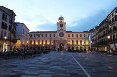 Piazza dei Signori una delle 3 Piazze di Epoca Medievale di Padova. Oggi ritrovo per molti giovani costruita però dai Signori di Padova come luogo di passeggiate private