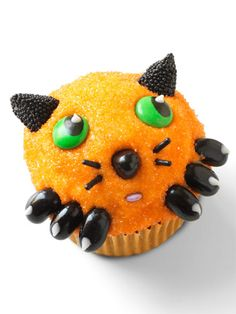 As you plan your Halloween party menu, don't forget to include some delicious Halloween cupcakes. Here are our favorite Halloween cupcake recipes. Halloween Cupcakes Easy, Halloween Cakes, Cute Halloween, Halloween Treats, Holiday Cupcakes, Halloween Foods, Halloween Desserts, Holiday Cookies, Halloween Stuff