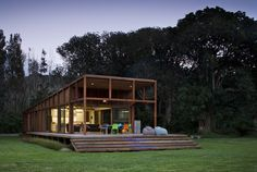 This is a natural and modern house designed by Crosson Clarke Carnachan Architects located on Great Barrier Island, New Zealand. This house surrounded by Architecture Résidentielle, Cabinet D Architecture, Installation Architecture, Style At Home, Interior Tropical, Pavillion, Casas Containers, Wooden House, Timber House