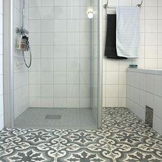 Marokkansk #10 Bad Inspiration, Bathroom Inspiration, Cool Rooms, Bath Mat, Tile Floor, Home Improvement, Sweet Home, New Homes, Art Deco