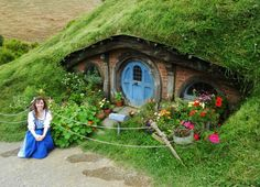 Wonderful photos why earthship homes make perfect to live ho Fairy Houses, Play Houses, Cob Houses, Casa Dos Hobbits, Earth Sheltered Homes, Garden Wedding Games, Earthship Home, Underground Homes, Modern Garden Design