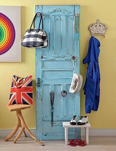 A porta, reformada pela La Calle Florida, ganhou puxadores para pendurar de bolsas a bijuterias. Bastou uma camada de tinta para ela ficar bonita. As imperfeições são bem-vindas