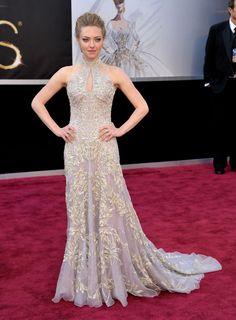 Gala de los Oscars 2013: Amanda Seyfried vestido color crudo con aplicaciones brillantes de Alexander McQueen