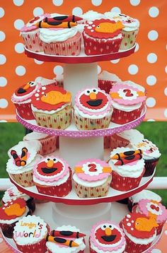 I am dying to show you guys this fabulous Elmo party by Lindsay of Lee La La. When I got this in my inbox it just made me smile with all the cuteness! First of all- Elmo parties are one of the most popular around. Elmo Cupcakes, Elmo Cake, Cupcake Cakes, Cupcake Toppers, Birthday Cupcakes, Party Cupcakes, Fondant Toppers, Cupcake Ideas, Elmo Birthday