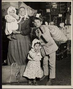 Lewis W. Hine, famiglia italiana aspetta i bagagli a Ellis Island