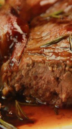Ojo de bife con pancetta Receta con instrucciones en video: Gran receta para los amantes de la carne.  Ingredientes: 6 fetas de panceta ahumada, 500ml de vino tinto, 200gr de azúcar, Puré de papas para acompañar, Romero, sal y pimienta