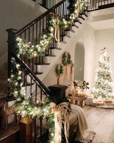 amazing farmhouse christmas decor inspiration to wellcome holidays 20 Noel Christmas, Simple Christmas, Christmas Ideas, Christmas Cookies, Christmas Wreaths, New York Noel, Christmas Stairs Decorations, Stair Decor, Christmas Aesthetic