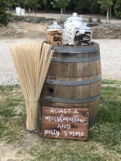 Wedding Tips: Have a Country Wedding - Wedding Tips 101 Farm Wedding, Dream Wedding, Wedding Day, Wedding Bonfire, Western Wedding Ideas, Wedding Snack Bar, Rustic Wedding Bar, Diy Wedding, Crates