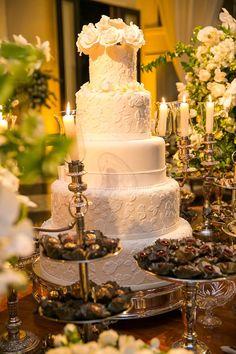 Casamento clássico: mesa de doces e bolo