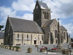 Sainte-Mère-Église aan de D-Daykust van Normandië. Aan deze kerktoren bleef de Amerikaanse parachutist John Steel in 1944 hangen. (1990)