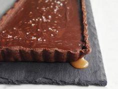 Gesalzene Schokoladen-Karamell-Tarte: Eine Zubereitungszeit von 5 Stunden hört sich kompliziert an, das Ergebnis allerdings ist fantastisch. http://www.fuersie.de/kochen/foodblogger/artikel/rezept-gesalzene-schokoladen-karamell-tarte