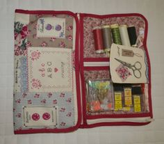 Costurero con compartimentos transparentes Sewing Crafts, Sewing Projects, Sewing Kits, Embroidery Patterns, Sewing Patterns, Upcycled Textiles, Sewing Case, Fancy Buttons, Fabric Wallet