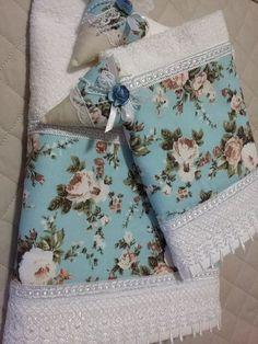 Lindo jogo de toalha de banho, com toalhas Santista, contendo uma toalha de banho, uma toalha de rosto e dois sachês perfumados com essência de Perfume da Rainha, saco em filó e tag!!!  Toalha com barra de tecido 100% algodão e renda em Guipir!    Ótima sugestão de presente para o dia das mães!! Towel Embroidery, Embroidered Towels, Towel Wrap, Towel Set, Crochet Lace Edging, Crochet Baby, Hand Towels, Tea Towels, Bathroom Towel Decor