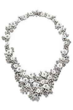 Las rosas de Piaget Joyas de primavera  Collar de oro blanco con diamantes y calcedonias con forma de rosas, de Piaget.