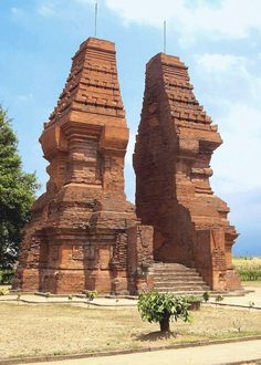 Lawang gateway at Trowulan, Java(Indonesia) Here Gopuram consists of mainly two towers flanking the stairs. Here towers are built on square plan and have typical Javanese Shikhara which unlike Indian Shikhara are concave hyperboloid. Architecture Antique, Indian Temple Architecture, Classic Architecture, Historical Architecture, Bali, Site Archéologique, Borobudur, Ancient Ruins, Environment Design