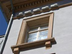 An der Südseite des Rathauses, über einem Fenster, befinden sich die unauffälligen Nistkästen aus einem Beton-Holz-Gemisch.