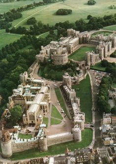 Windsor Castle in Berkshire, England. Originally built for William the Conqueror in Windsor Castle is the oldest and largest occupied castle in the world. It has been the home of 39 monarchs and today, the Queen spends most of her private. Beautiful Castles, Beautiful Buildings, Beautiful Places, Chateau Medieval, Medieval Castle, Castle Ruins, Castle House, Places To Travel, Places To See