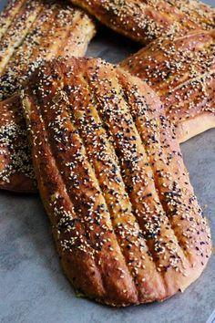 Le barbari est un pain plat traditionnel iranien. Sa dorure est due au romal : un mélange de bicarbonate de soude et de farine dilués dans de l'eau.