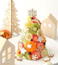ouchigohan.jp 2017/12/25 20:18:47 delicious photo by @m.party86 . ✨Merry Christmas✨ クリスマスといえば、やっぱりクリスマスケーキ 今年はどんなケーキを用意しましたか❓ . 最近は定番のホールケーキのほか、さまざまな形のケーキがありますが、今日はひと味違った個性的な #ツリーケーキ をご紹介 . このツリーケーキ、#水玉ケーキ という、フルーツの断面が美しいケーキを応用したもの❣️ 見事なツリー型は @m.party86 さんが一から作ったものだそうで、食卓が華やかになり、クリスマスムードも満点です❤️ . こんなすてきなケーキを見たら、なんだか早くも来年のクリスマスケーキが待ち遠しくなっちゃいますね . -------------------------- ◆#デリスタグラマー #delistagrammer を付けて投稿すると紹介されるかも!スタッフが毎日楽しくチェックしています♪ . [staff : HOUSE]…