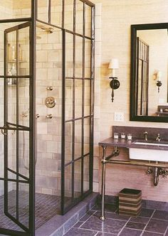Industriële douchewand.  The wall tile lay-out is nice, shower glass wall and door