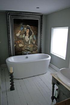 een gigantisch schilderij naast het bad. je moet er maar opkomen