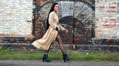 Bordowa sukienka, kremowy płaszcz i czarne botki - stylizacja