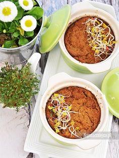 Pasztet z warzyw to świetna alternatywa dla tradycyjnego pasztetu. Jest zdrowszy, w smaku czasem nie do odróżnienia od mięsnej wersji, a na dodatek to świetny pomysł na wykorzystanie warzyw z rosołu lub resztek ugotowanej kaszy. Pyszny pasztet można przygotować z fasoli, ciecierzycy, soczewicy, cukinii, marchewki, batatów, selera, szparagów, dyni, buraków itd. Smak warto też wzbogacić grzybami, orzechami, żurawiną albo suszonymi pomidorami. Zobaczcie nasze inspiracje.