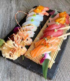 Sushi - Photo by Sushi Recipes, Asian Recipes, Cute Food, Yummy Food, Sashimi Sushi, Sushi Love, Sushi Party, Food Displays, Food Presentation