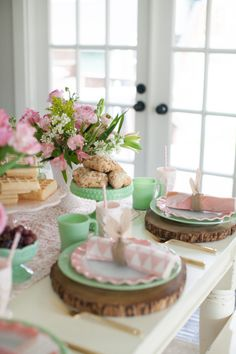 How to Host an Easter Brunch | This Easter it's all about brunch. Keep it simple, serve classic favorites and everyone will be happy. We're talking table decor and recipe ideas. Don't miss this one. || JennyCookies.com Easter Lunch, Easter Candy, Jenny Cookies, Pink Dishes, Fruit Infused Water, Beautiful Table Settings, Easter Traditions, Easter Table, Easter Decor