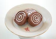 virka liten kaka: Mönster på mini prinsesstårta! Diy Crochet Amigurumi, Crochet Cake, Crochet Food, Crochet Crafts, Crochet Projects, Free Crochet, Easy Crochet Patterns, Crochet Designs, Crochet Ornaments