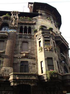 Casa Berri Meregalli Via Cappuccini, 8, Milano, Italy | Scorcio della facciata