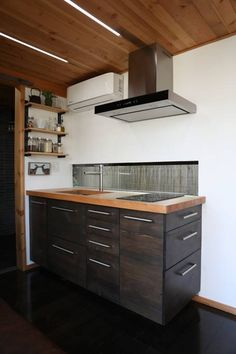 Check out this awesome Hokura PDX Container Home. Located in Portland OR and built by the awesome people of This is another Steel Box contstructed home. Let us know what you think of this place. Tiny House Cabin, Tiny House Plans, Big Design, Tiny House Design, Sea Can Homes, Tiny House Appliances, Backyard Office, Backyard Buildings, Casas Containers