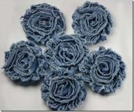 Ideas for Upcycling Those Old Jeans denim flowers - take old jeans and make into these flowers to decorate odds and ends at the barn?denim flowers - take old jeans and make into these flowers to decorate odds and ends at the barn? Jean Crafts, Denim Crafts, Fabric Crafts, Sewing Crafts, Sewing Projects, Fabric Bows, Fabric Flowers, Tiny Flowers, Denim Fabric