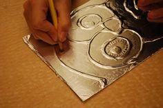 Láminas decorativas hechas con papel de aluminio. Hoy queremos compartir contigo esta original, creativa e impresionante técnica, con la que realizar bonitas láminas decorativas. http://bricoblog.eu/laminas-decorativas-hechas-con-papel-de-aluminio/ #Artesania #Manualidades #Decoracion