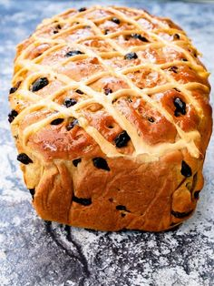 This Hot Cross Bun Loaf is a spicy bread loaf, filled with sultanas, raisins and mixed peel. Inspired by the classic Easter Hot Cross Bun. Easy Bread Machine Recipes, Bread Maker Recipes, Fruit Cake Loaf, Fruit Cakes, Easter Hot Cross Buns, Ma Baker, Bun Recipe, Easter Recipes, No Bake Desserts