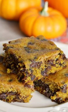Soft, chewy, and delicious, these pumpkin chocolate chip bars are a delicious fall dessert! Do you like pumpkin recipes? Pumpkin pie is my husband's absolute favorite, but he'll … Pumpkin Deserts, Pumpkin Bars, Pumpkin Recipes, Fall Recipes, Holiday Recipes, Pumpkin Pumpkin, Chocolate Low Carb, Chocolate Chip Bars, Pumpkin Chocolate Chip Cookies