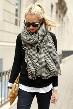 Add a houndstooth scarf to a layered black and white outfit. Plaid Fashion, Winter Fashion Outfits, Look Fashion, Autumn Winter Fashion, Winter Outfits, Fall Winter, Winter Snow, Winter Style, Fall Fashion