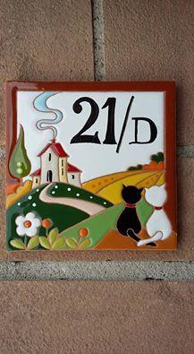 ceramica come mestiere: Mattonella in ceramica smaltata. Paesaggio campestre e numero civico.