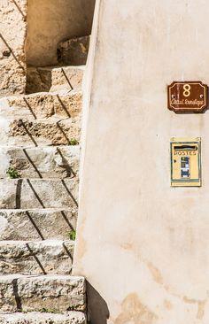 La Place de la Mairie à Cotignac, détail d'un bel escalier ancien