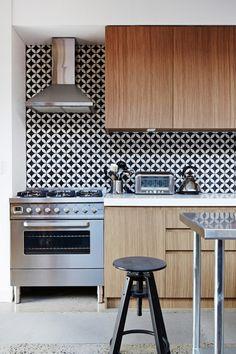 Decoração de: Cozinha; ladrilho hidráulico preto e branco; Casa de Valentina