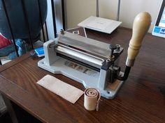 Máquina para dividir o rebajar el cuero, de forma manual - YouTube