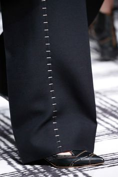 fashion 2015 The complete Balenciaga Fall 2015 Ready-to-Wear fashion show now on Vogue Runway. Couture Details, Fashion Details, Fashion Design, Balenciaga, Fashion Show, Mens Fashion, Fashion 2015, Fabric Manipulation, Ss16