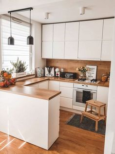 Hello Loving the synergy of clean white and warm wood in this beautiful kitchen of Wishing you. Kitchen Room Design, Modern Kitchen Design, Home Decor Kitchen, Interior Design Kitchen, New Kitchen, Home Kitchens, White Wood Kitchens, Budget Home Decorating, Cuisines Design
