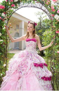 No.70-0005小花柄のプリントとグラデーションフリルのアシンメトリーデザイン。チェリーピンクのリボンが可愛らしいアクセントに。