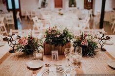 Centros de mesa con flores para una decoración romántica. Flores, frascos, arpillera y encaje para tus centros de mesa.