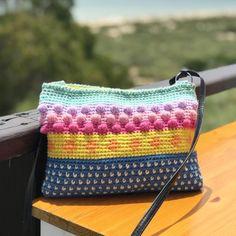 Ya tengo fecha para el taller del bolso colorinchi, a juego con tus alpargatas!! 👏🏼👏🏼👏🏼 Será el miércoles 20 por la tarde o el sábado 23… Crochet Pouch, Crochet Stitches, Crochet Bags, Crochet Ideas, Handmade Handbags, Tapestry Crochet, Textiles, Knitted Bags, Purses And Bags