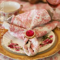 Pretty toile linens #pinkwedding #patternedlinen #toile